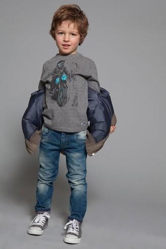 Come indossare e abbinare: giacca marrone, t-shirt manica lunga grigia, jeans blu, sneakers grigie