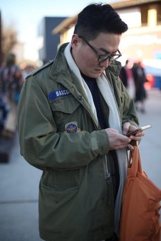 Come indossare: giacca militare verde oliva, blazer scozzese grigio scuro, dolcevita blu scuro, borsa shopping in pelle arancione