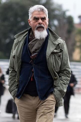 Come indossare: giacca militare verde oliva, blazer di velluto a coste blu scuro, maglione girocollo nero, chino marrone chiaro