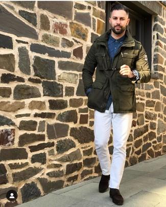 Come indossare e abbinare: giacca militare verde oliva, camicia a maniche lunghe stampata blu scuro, chino bianchi, mocassini eleganti in pelle scamosciata marrone scuro