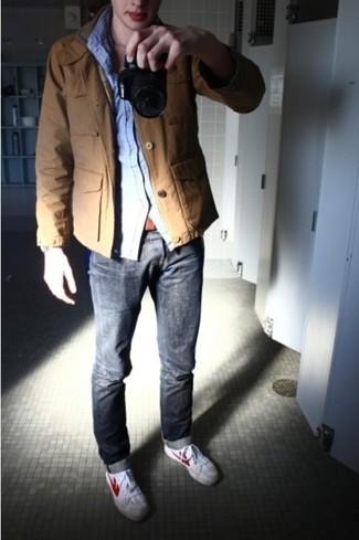 Sfrutta gli abiti più adatti al tempo libero con questa combinazione di una giacca militare terracotta e jeans grigi. Aggiungi un tocco fantasioso indossando un paio di sneakers basse bianche.