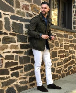 Come indossare e abbinare: giacca militare verde scuro, camicia a maniche lunghe in chambray blu scuro, jeans bianchi, mocassini eleganti in pelle scamosciata marrone scuro