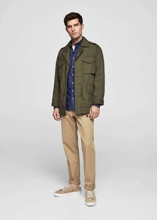 Come indossare e abbinare: giacca militare verde oliva, camicia a maniche lunghe in chambray blu scuro, t-shirt girocollo bianca, chino marrone chiaro