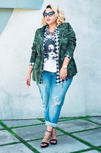 Come indossare e abbinare: giacca militare mimetica verde scuro, camicia elegante a quadretti bianca e nera, t-shirt girocollo stampata bianca e nera, jeans boyfriend strappati blu