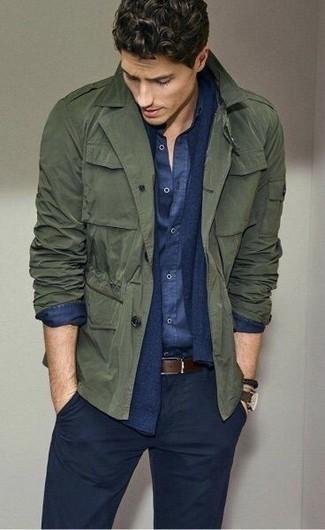Come indossare e abbinare: giacca militare verde oliva, cardigan blu scuro, camicia a maniche lunghe in chambray blu scuro, chino blu scuro