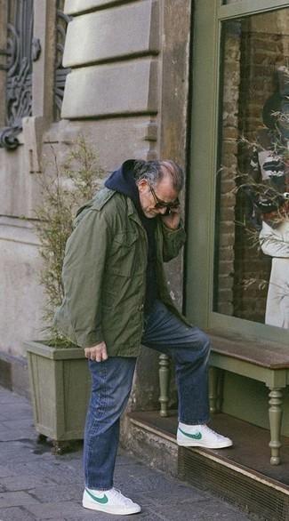 Trend da uomo 2020 in modo rilassato: Per un outfit della massima comodità, metti una giacca militare verde oliva e jeans strappati blu. Sneakers alte di tela stampate bianche sono una interessante scelta per completare il look.