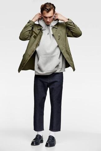 Come indossare e abbinare calzini bianchi: Per un outfit della massima comodità, metti una giacca militare verde oliva e calzini bianchi. Scegli uno stile classico per le calzature e scegli un paio di scarpe derby in pelle nere.