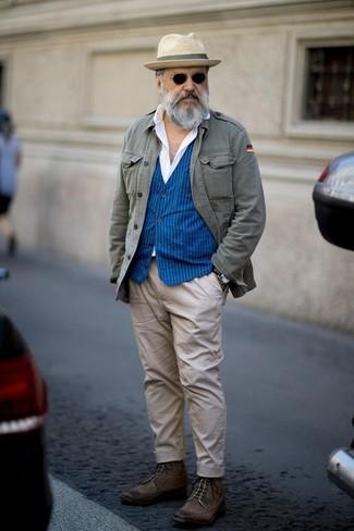 Come indossare: giacca militare grigia, gilet a righe verticali blu, camicia elegante bianca, chino beige