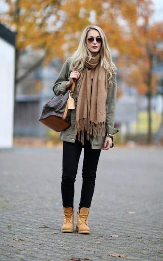 Come indossare e abbinare: giacca militare verde oliva, jeans aderenti neri, stivali piatti stringati in nubuck marrone chiaro, borsa a secchiello in pelle marrone scuro