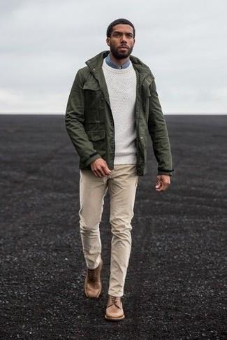 Come indossare: giacca militare verde oliva, maglione girocollo bianco, camicia di jeans blu, chino beige