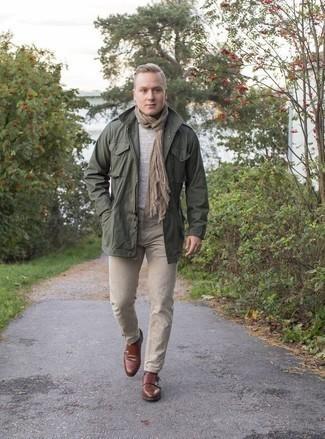 Come indossare e abbinare un maglione girocollo grigio: Mostra il tuo stile in un maglione girocollo grigio con jeans marrone chiaro per un look raffinato per il tempo libero. Opta per un paio di scarpe double monk in pelle marroni per un tocco virile.