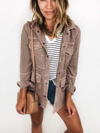 Come indossare e abbinare: giacca militare marrone, t-shirt con scollo a v a righe orizzontali bianca e nera, pantaloncini di jeans blu scuro, borsa a tracolla in pelle marrone chiaro