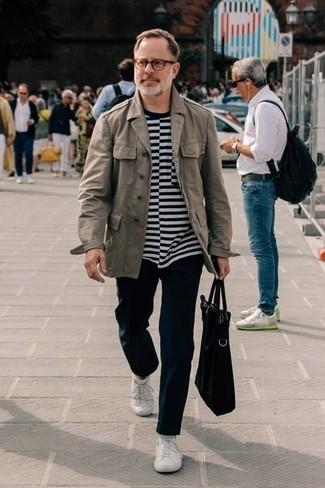 Trend da uomo: Metti una giacca militare grigia e chino neri per un fantastico look da sfoggiare nel weekend. Per un look più rilassato, indossa un paio di sneakers basse bianche.