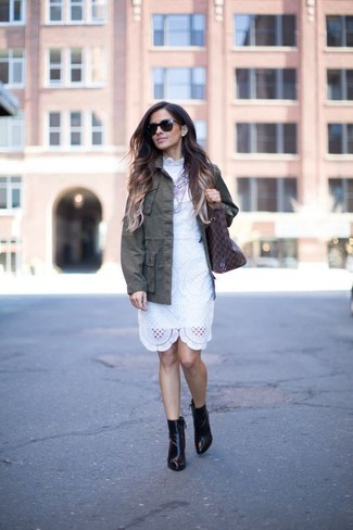 Come indossare e abbinare: giacca militare verde oliva, vestito a tubino di pizzo bianco, stivaletti in pelle neri, borsa shopping in pelle stampata marrone scuro
