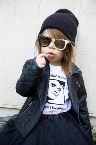 Come indossare: giacca in pelle nera, t-shirt bianca e nera, gonna in tulle nera, cuffia nero