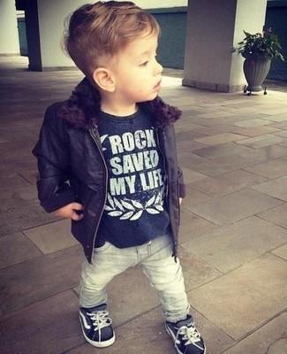 Come indossare e abbinare: giacca nera, t-shirt nera, jeans grigi, sneakers nere