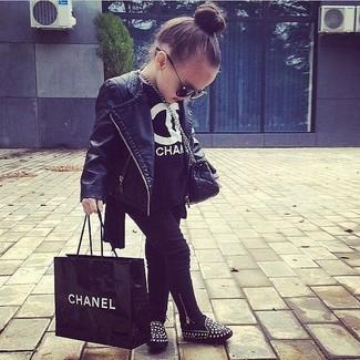 Come indossare: giacca in pelle nera, t-shirt nera, leggings neri, ballerine nere