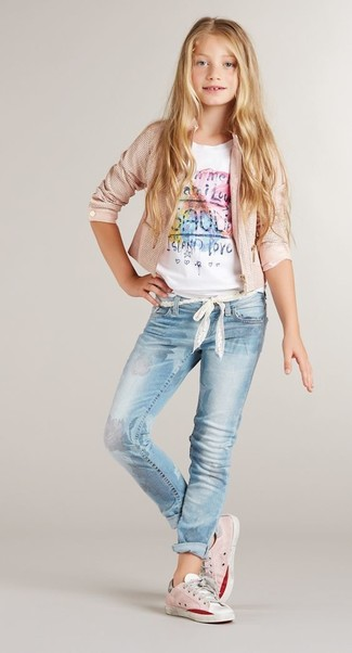 Come indossare: giacca rosa, t-shirt stampata bianca, jeans azzurri, sneakers rosa