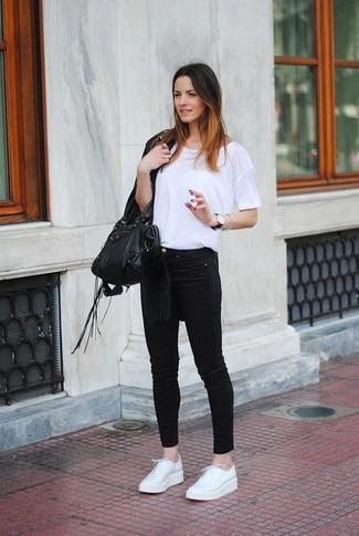 Come indossare: giacca in pelle con frange nera, t-shirt girocollo bianca, jeans aderenti neri, scarpe derby in pelle bianche