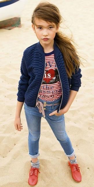 Come indossare: giacca trapuntata blu scuro, t-shirt a righe orizzontali bianca e rossa, jeans blu, scarpe oxford rosse
