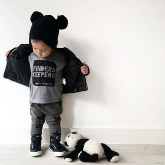 Come indossare e abbinare: giacca in pelle nera, t-shirt grigia, pantaloni sportivi grigio scuro, sneakers nere