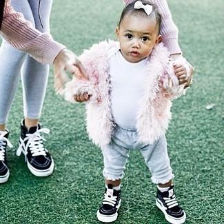 Come indossare: giacca di pelliccia rosa, t-shirt bianca, pantaloni sportivi grigi, sneakers nere