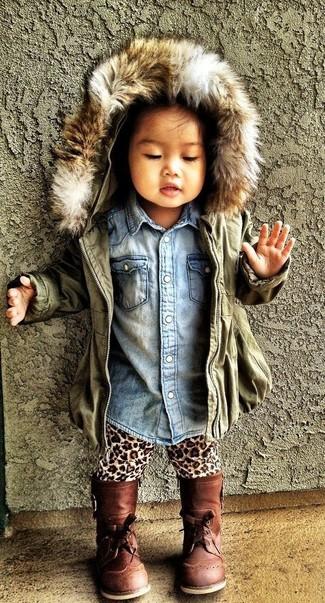 Come indossare: giacca verde oliva, camicia a maniche lunghe di jeans azzurra, leggings leopardati marrone chiaro, stivali marroni