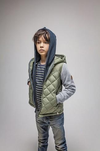 Come indossare: giacca trapuntata verde oliva, felpa con cappuccio blu scuro, t-shirt a righe orizzontali blu scuro, jeans blu