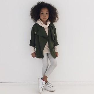 Come indossare: giacca verde oliva, maglione beige, leggings bianchi, sneakers bianche