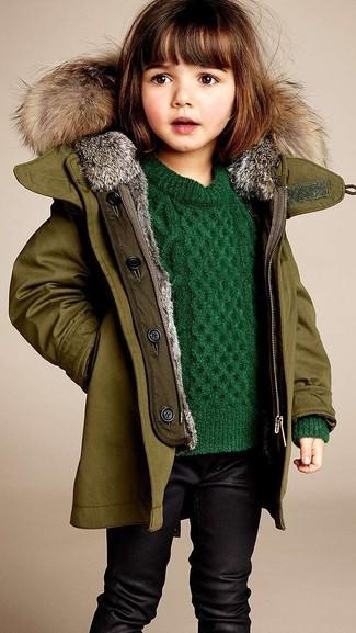 Come indossare: giacca verde oliva, maglione verde, leggings neri