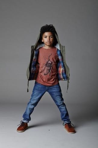 Come indossare e abbinare: giacca verde oliva, t-shirt rossa, jeans blu, stivali marroni
