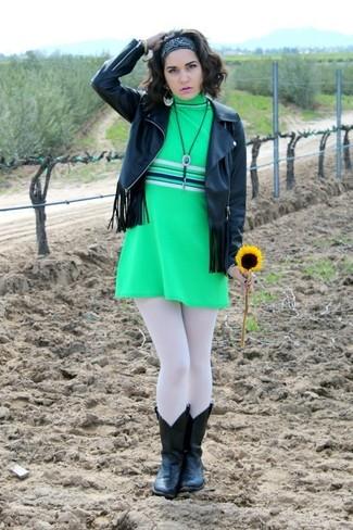 Scegli una giacca in pelle con frange nera e un vestito a trapezio verde per un look semplice ed elegante. Abbina questi abiti a stivali da cowboy in pelle neri.