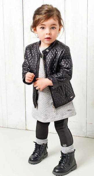 Come indossare: giacca in pelle nera, vestito di maglia grigio, leggings neri, stivali neri