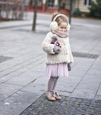 Come indossare: giacca di pelliccia bianca, vestito in tulle rosa, stivali beige, guanti grigi
