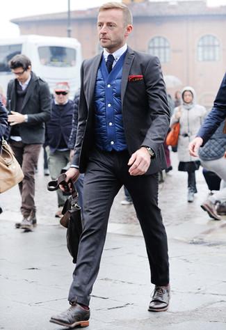 Come indossare e abbinare un abito grigio scuro: Abbina un abito grigio scuro con un gilet blu per una silhouette classica e raffinata Perfeziona questo look con un paio di scarpe brogue in pelle marrone scuro.