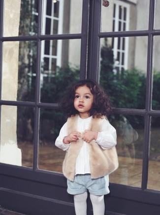 Come indossare e abbinare: gilet di pelliccia beige, camicia a maniche lunghe bianca, pantaloncini grigi, collant bianco