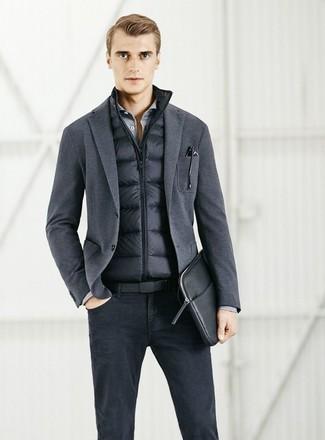 Come indossare e abbinare: gilet nero, blazer lavorato a maglia grigio scuro, camicia a maniche lunghe grigia, jeans neri