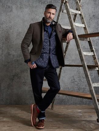Come indossare e abbinare: gilet trapuntato blu scuro, blazer di lana marrone scuro, camicia a maniche lunghe a pois blu scuro e bianca, jeans blu scuro