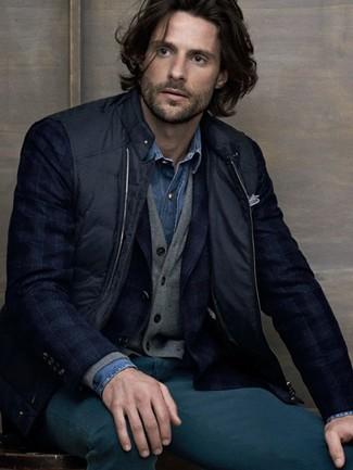 Come indossare e abbinare: gilet nero, blazer scozzese blu scuro, cardigan grigio, camicia di jeans blu