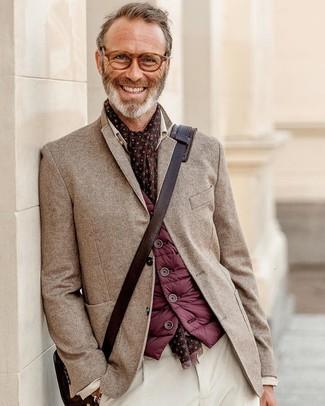 Come indossare e abbinare: gilet bordeaux, blazer a spina di pesce marrone, chino di velluto a coste bianchi, borsa a tracolla in pelle marrone scuro