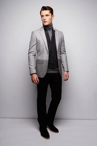 Come indossare e abbinare: gilet nero, blazer grigio, dolcevita grigio, chino neri
