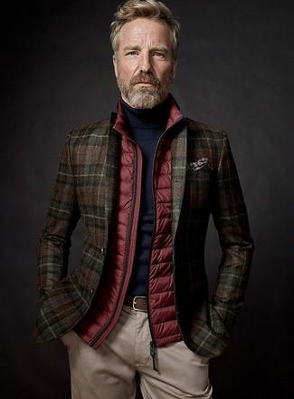 Come indossare: gilet trapuntato rosso, blazer di lana scozzese marrone scuro, dolcevita nero, chino beige