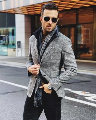 Come indossare: gilet nero, blazer di lana scozzese grigio, dolcevita marrone, jeans neri