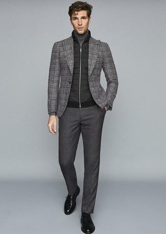 Come indossare e abbinare pantaloni eleganti grigio scuro: Abbina un gilet trapuntato nero con pantaloni eleganti grigio scuro come un vero gentiluomo. Sfodera il gusto per le calzature di lusso e mettiti un paio di scarpe derby in pelle nere.
