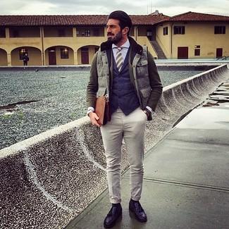 Come indossare e abbinare: gilet grigio, blazer di lana verde oliva, gilet blu scuro, camicia elegante azzurra