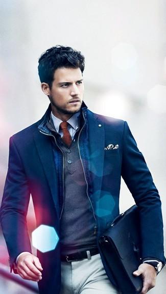 Come indossare e abbinare: gilet blu scuro, blazer blu scuro, maglione a collo alto con bottoni grigio scuro, camicia elegante a quadretti bianca e blu