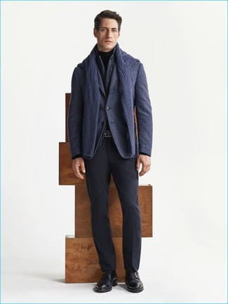 Come indossare e abbinare: gilet grigio scuro, blazer di lana blu scuro, maglione a trecce blu scuro, dolcevita nero