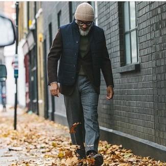 Come indossare e abbinare: gilet blu scuro, blazer di lana marrone scuro, maglione girocollo verde scuro, pantaloni eleganti di lana grigio scuro