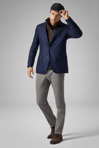 Come indossare e abbinare: gilet marrone, blazer di lana blu scuro, maglione girocollo blu scuro, camicia a maniche lunghe marrone