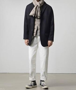 Come indossare e abbinare un blazer di lana blu scuro: Potresti combinare un blazer di lana blu scuro con chino bianchi se cerchi uno stile ordinato e alla moda. Per un look più rilassato, mettiti un paio di sneakers alte di tela nere.